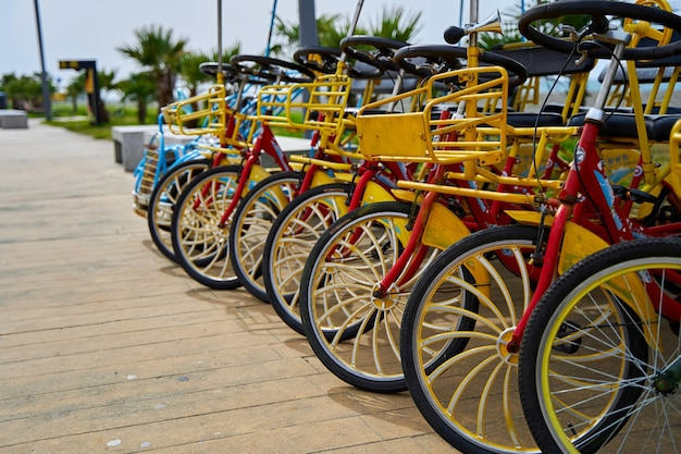 Wypożyczalnia rowerów do jazdy na rowerze po nasypie. parking rowerowy dla całej rodziny.