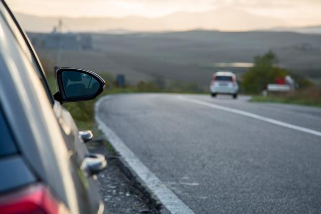 Wypożyczalnia samochodów zatrzymuje się przy głównej drodze we włoszech.