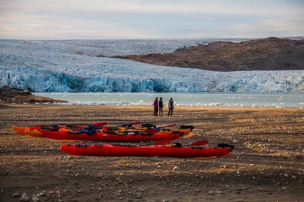 Wyprawa kajakowa pomiędzy górami lodowymi w fiordach narsaq, południowo-zachodnia grenlandia, dania