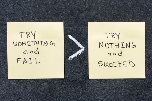 Wypróbować coś i ponieść porażkę to coś więcej niż nic nie spróbować i odnieść sukces, fraza napisana odręcznie na naklejkach