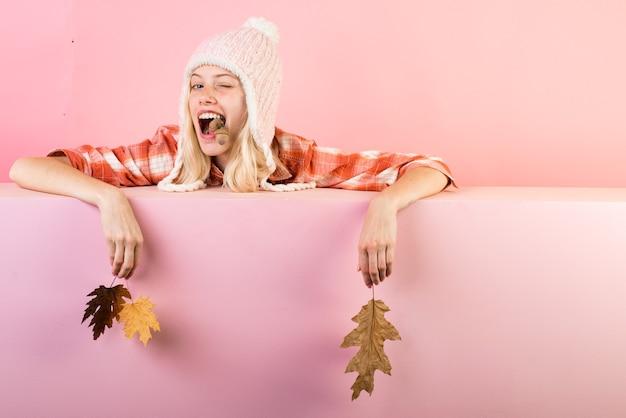 Wyprzedaż na całą kolekcję jesienną, niesamowite rabaty i wspaniały wybór. piękna dziewczyna mruga na tablicy ściennej do copyspace.