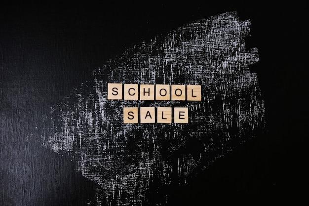 Wyprzedaż szkoły tekst wykonany z drewnianych liter