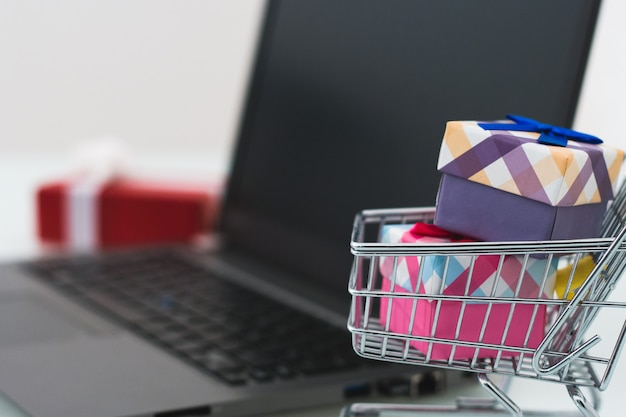 Wyprzedaże świąteczne e-commerce zakupy online koncepcji