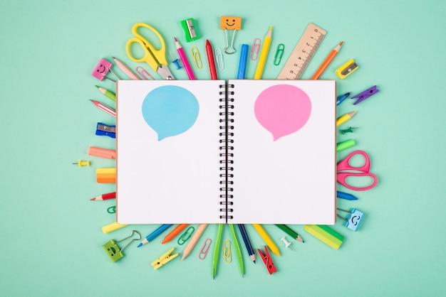 Wyraź koncepcję pomysłów i myśli. górne nad widokiem z góry zdjęcie kolorowej papeterii i pustego notatnika z niebieskimi i różowymi bąbelkami na turkusowym tle z copyspace