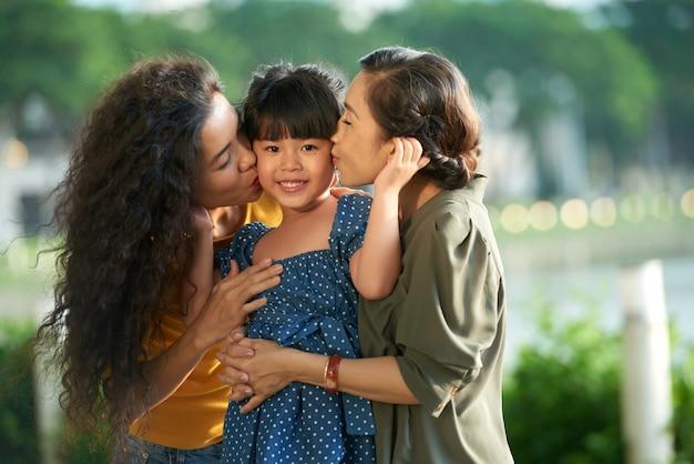 Wyrażanie miłości małej dziewczynce