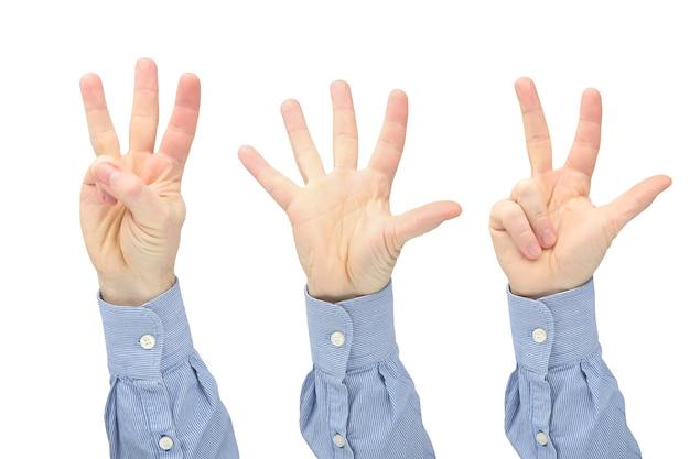 Wyrażenie liczby cyfr palcami dłoni mężczyzny na białej powierzchni. dyskusja i relacje społeczne.
