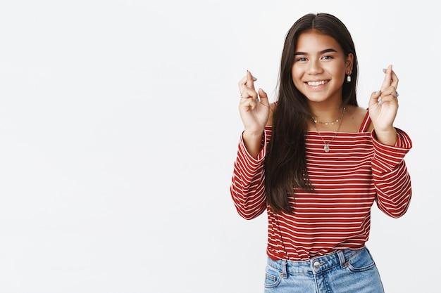 Wyrazista nastolatka w pasiastej bluzce