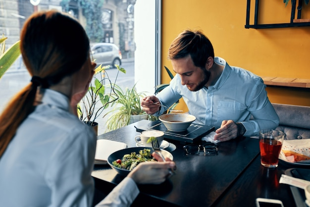 Wyrazista para je posiłek w bistro