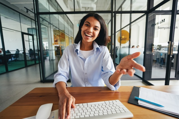 Wyrazista piękna dama prowadząca wideorozmowę w pracy
