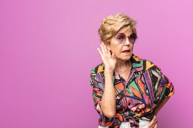 Wyrazista piękna starsza kobieta