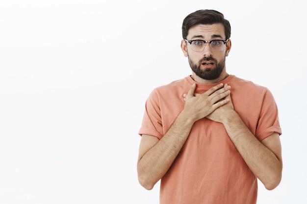 Wyrazisty brodacz w pomarańczowej koszulce