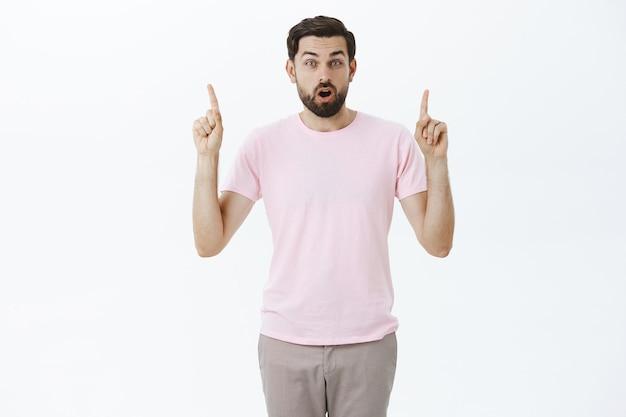 Wyrazisty brodacz w różowej koszulce
