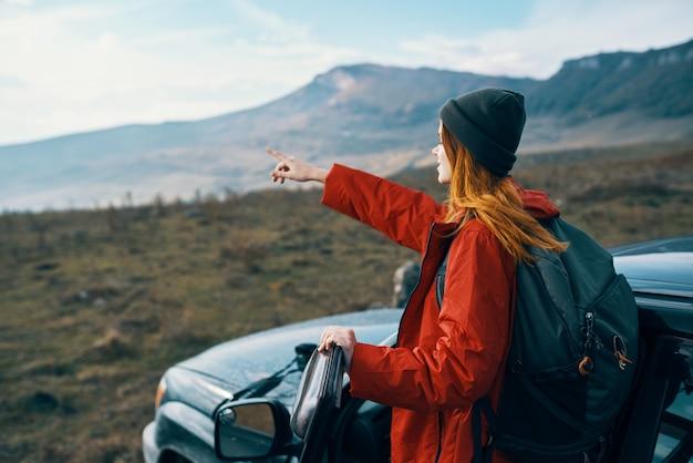 Wyrazisty piękny podróżnik pozujący z plenerową naturą