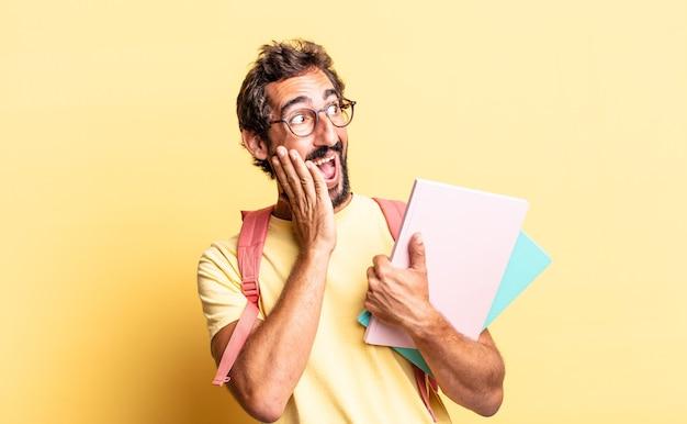 Wyrazisty szalony człowiek, szczęśliwy, podekscytowany i zaskoczony. koncepcja dorosłego ucznia
