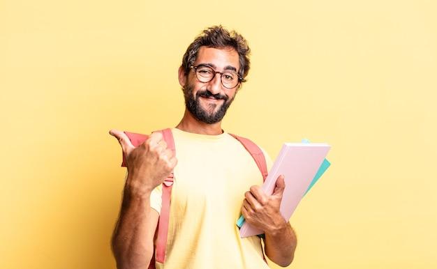 Wyrazisty szalony mężczyzna czujący dumę, uśmiechający się pozytywnie z kciukami do góry. koncepcja dorosłego ucznia
