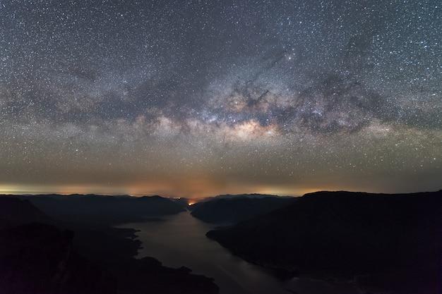 Wyraźnie milky sposób nad jeziorem i górą. pha dang luang widoku punkt, mae śwista park narodowy.