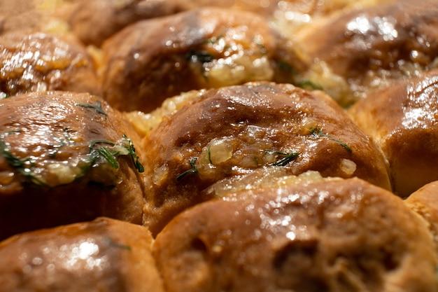 Wyroby piekarnicze, gorące bułeczki pszenne z sosem czosnkowym z bliska.