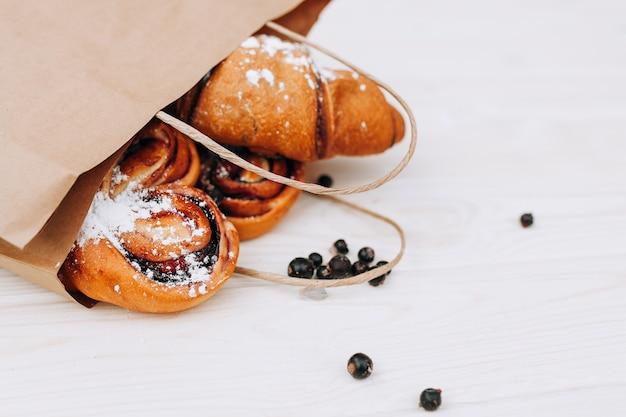 Wyroby piekarnicze z torby papierowej. zdrowy posiłek. puste miejsce. jedzenie dla smakoszy. makieta.