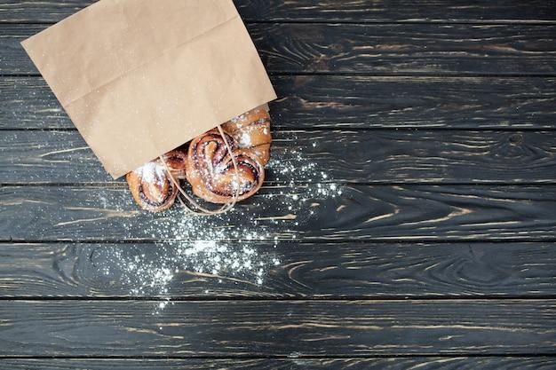 Wyroby piekarnicze z torby papierowej. zdrowy posiłek.
