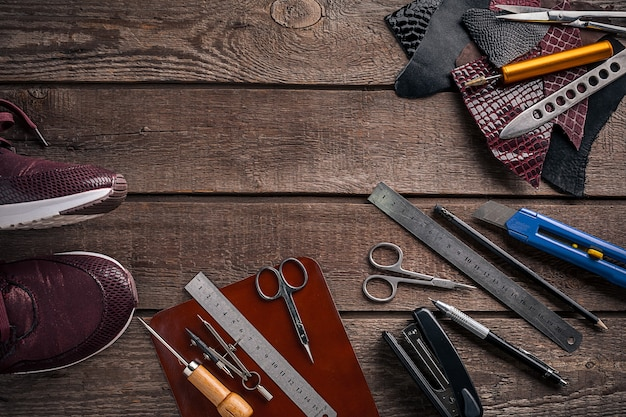 Wyroby skórzane miejsce pracy rzemieślnika w warsztacie widok z góry