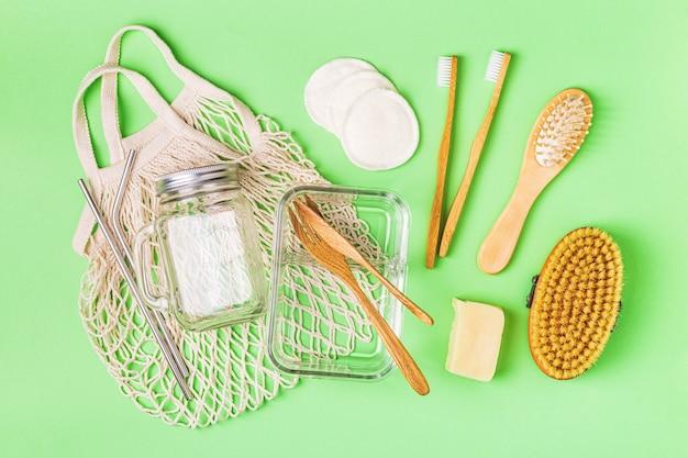 Wyroby szklane, bawełniane torby i artykuły higieny osobistej, widok z góry. koncepcja zero waste.