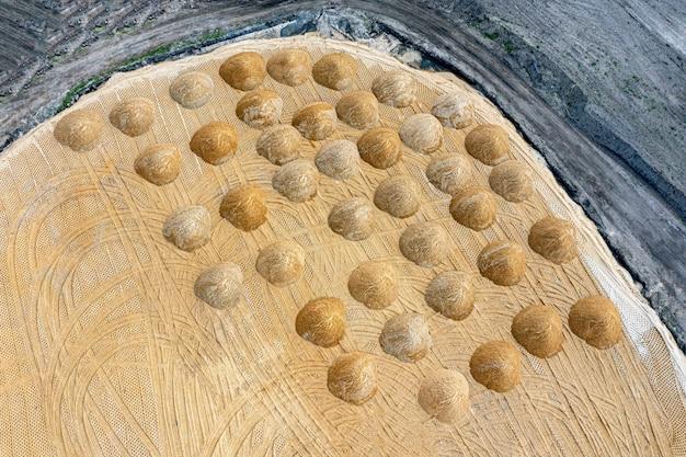 Wyrównywanie podłoża. pusty plac budowy dzielnicy mieszkalnej ze kupą piasku. fotografia lotnicza