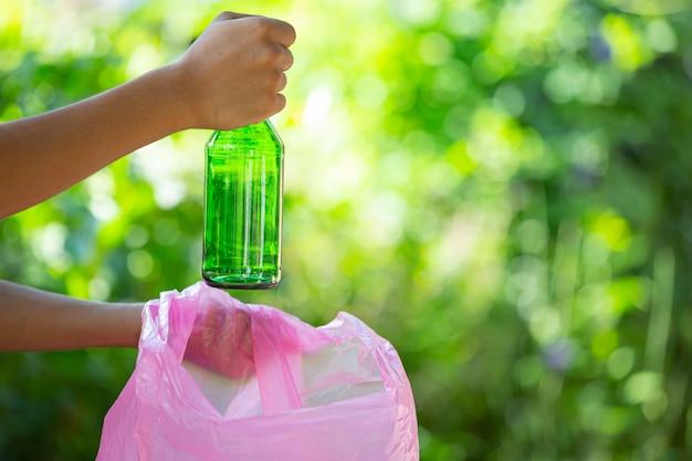 Wyrzucanie śmieci do worków na śmieci