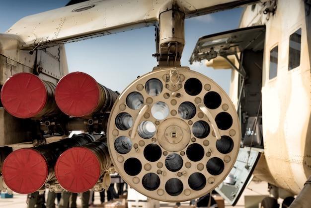 Wyrzutnia rakiet pod skrzydłem śmigłowca wojskowego.