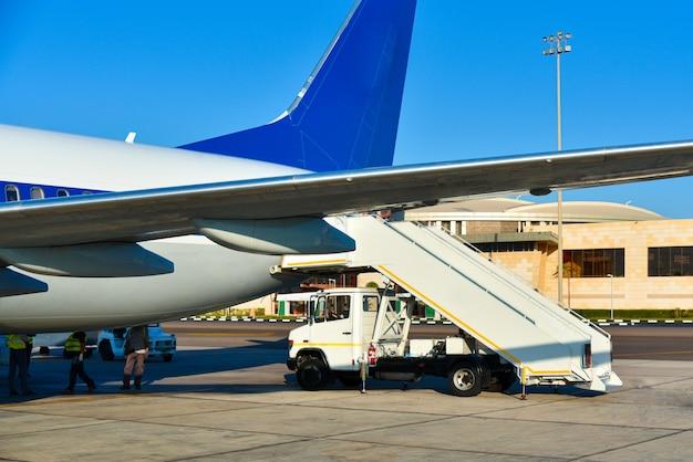 Wysiadanie pasażerów z samolotu na afrykańskim lotnisku