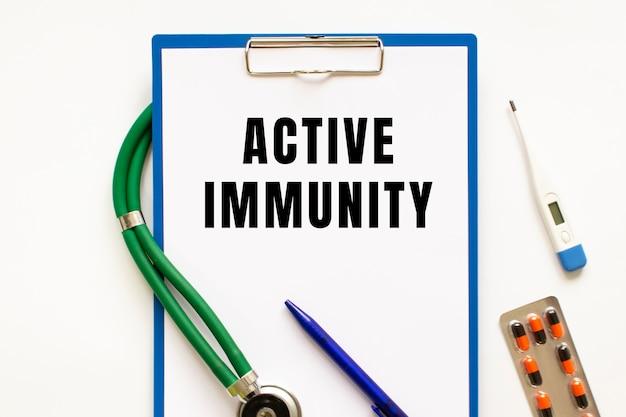 Wyślij sms o treści active immunity w folderze ze stetoskopem. fotografia koncepcja medyczna