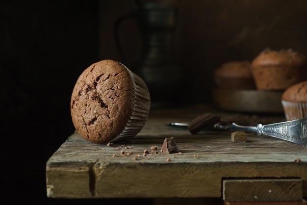 Wyśmienicie babeczka na brown drewnianym stole