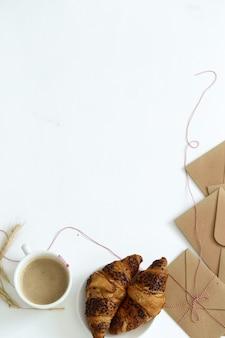 Wyśmienicie croissant na białym tle