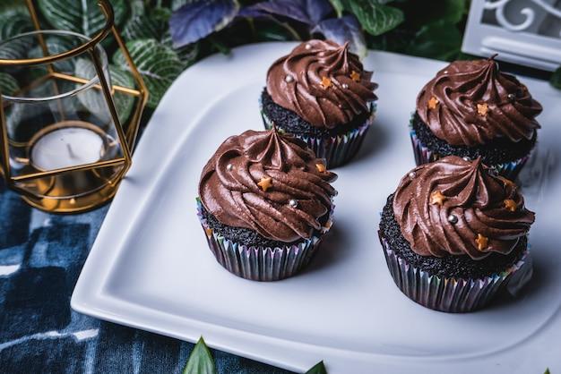 Wyśmienicie domowej roboty czekoladowa słodka bułeczka babeczka.