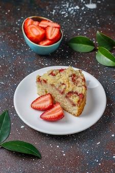 Wyśmienicie domowej roboty truskawka rozdrobni tort z świeżymi truskawkowymi plasterkami, odgórny widok