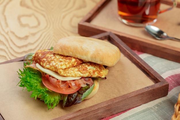 Wyśmienicie hamburger z omletu śniadaniowego naczynia zakończeniem up