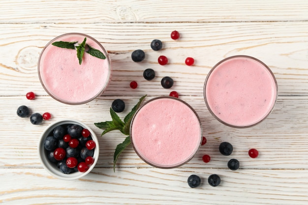 Wyśmienicie jagodowi milkshakes na drewnianym stole