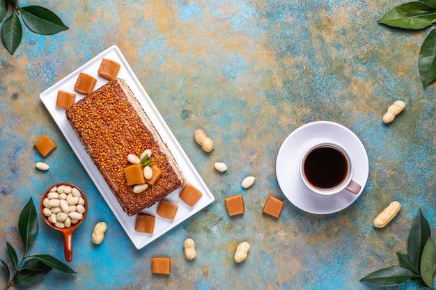 Wyśmienicie karmel i arachidowy tort z arachidami i karmelowymi cukierkami, widok z góry