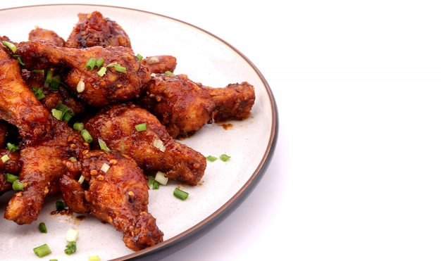 Wyśmienicie koreański pieczony kurczak na białym tle.
