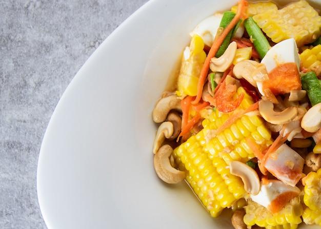Wyśmienicie kukurydziana pikantna sałatka, sałatka z papai, tajskie jedzenie