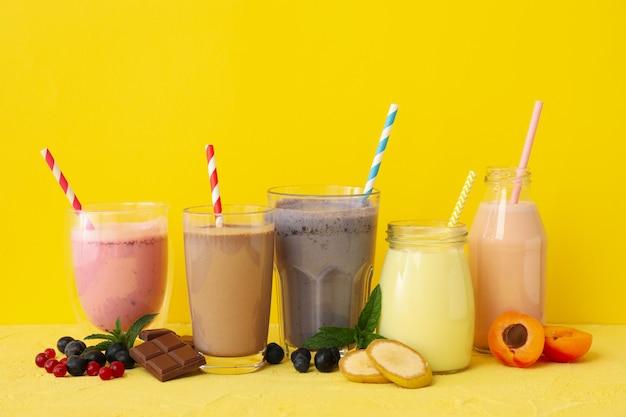 Wyśmienicie milkshakes na żółtym tle