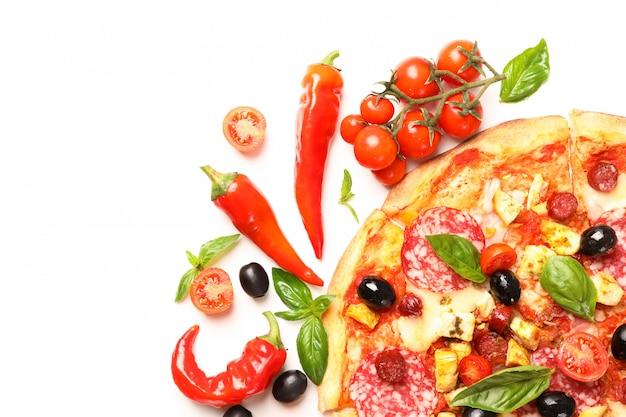 Wyśmienicie pizza i składniki odizolowywający na białym tle