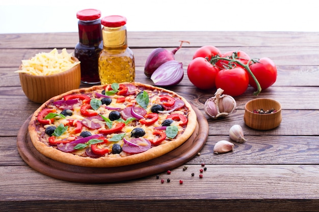 Wyśmienicie pizza z składnikami na drewnianym stole
