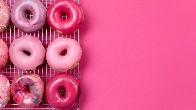 Wyśmienicie różowa donuts kopii przestrzeń