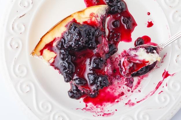 Wyśmienicie sernik z truskawkami na talerzu