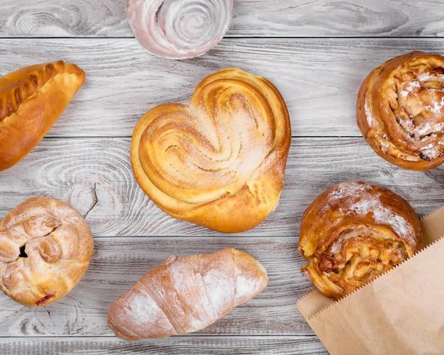 Wyśmienicie słodcy brązowawi torty piekarni produkty na drewnianym stole.