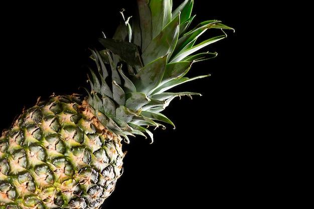 Wyśmienicie świeża żółta ananasowa tropikalna owoc na czerni