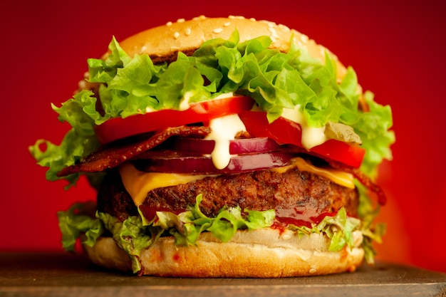 Wyśmienicie świeży domowej roboty hamburger na drewnianym stole