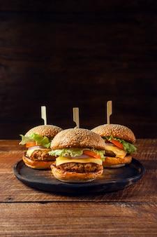 Wyśmienicie świeży domowej roboty hamburger na drewnianym talerzu