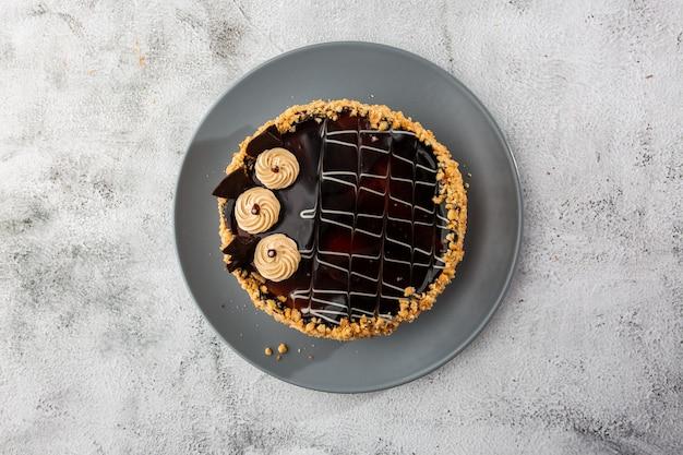 Wyśmienicie tort na talerzu na stole na marmurowym tle. tapeta do cukierni lub menu kawiarni. poziomy