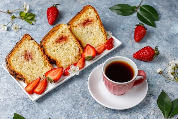 Wyśmienicie truskawkowy czekoladowy tort z świeżymi truskawkami, odgórny widok